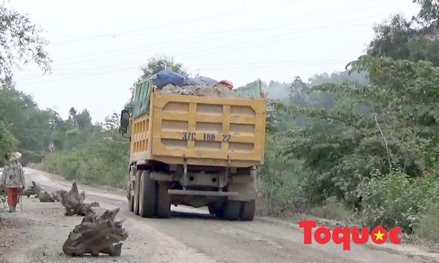 Nghệ An: Xe chở đất, đá cày nát đường dân sinh ra quốc lộ, người dân sống chung với ô nhiễm - Ảnh 2.