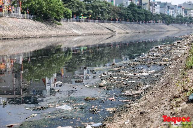 Tình trạng đen ngòm, hôi thối của sông Tô Lịch trước thông tin Hà Nội sẽ thí điểm làm sạch bằng công nghệ Nhật Bản - Ảnh 9.