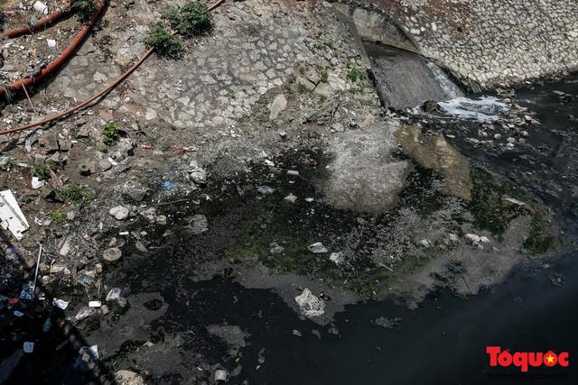 Tình trạng đen ngòm, hôi thối của sông Tô Lịch trước thông tin Hà Nội sẽ thí điểm làm sạch bằng công nghệ Nhật Bản - Ảnh 10.