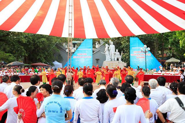 Đồng diễn văn hóa, thể thao nhân kỷ niệm 129 năm Ngày sinh Chủ tịch Hồ Chí Minh - Ảnh 1.