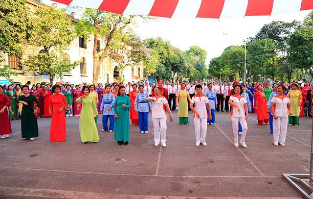 Đồng diễn văn hóa, thể thao nhân kỷ niệm 129 năm Ngày sinh Chủ tịch Hồ Chí Minh - Ảnh 4.