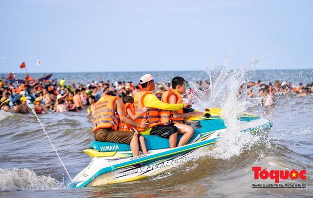 Bãi biển Sầm Sơn đông nghẹt thở ngay từ sáng sớm - Ảnh 12.