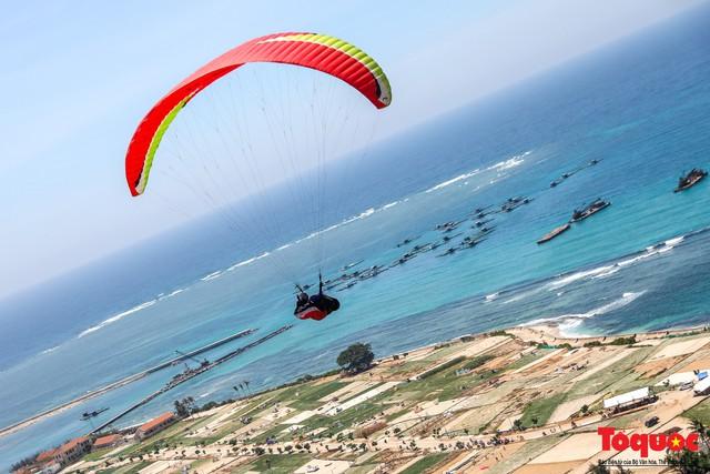Gần 100 phi công dù lượn tô điểm cho cảnh sắc hùng vĩ trên bầu trời Lý Sơn - Ảnh 8.