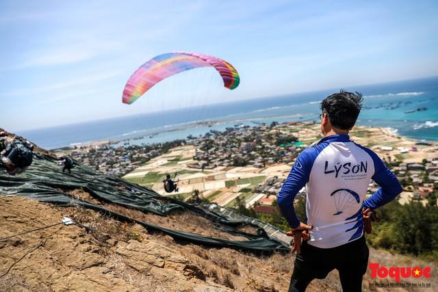 Gần 100 phi công dù lượn tô điểm cho cảnh sắc hùng vĩ trên bầu trời Lý Sơn - Ảnh 15.