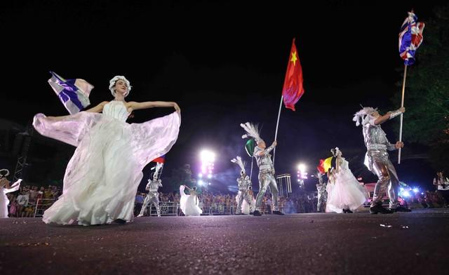 Đà Nẵng bùng nổ với các vũ điệu carnival đường phố tối 23/6 - Ảnh 7.