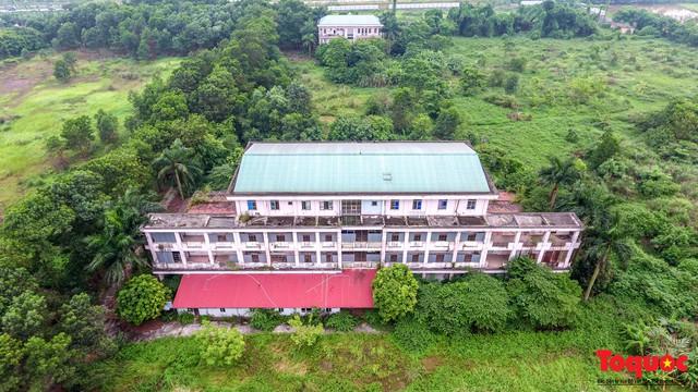 Khung cảnh hoang tàn của bệnh viện 1000 giường bị bỏ hoang ở Hà Nội - Ảnh 1.