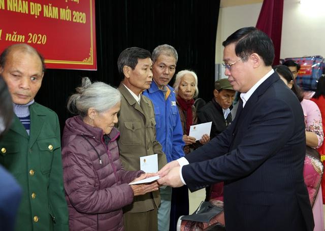 Phó Thủ tướng dâng hương Chủ tịch Hồ Chí Minh, thăm người có công Nghệ An  - Ảnh 4.
