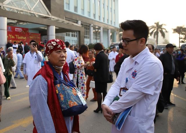 Giám đốc Bệnh viện ra tận cổng vẫy tay chào, cho tiền bệnh nhân ung thư về quê ăn tết - Ảnh 12.