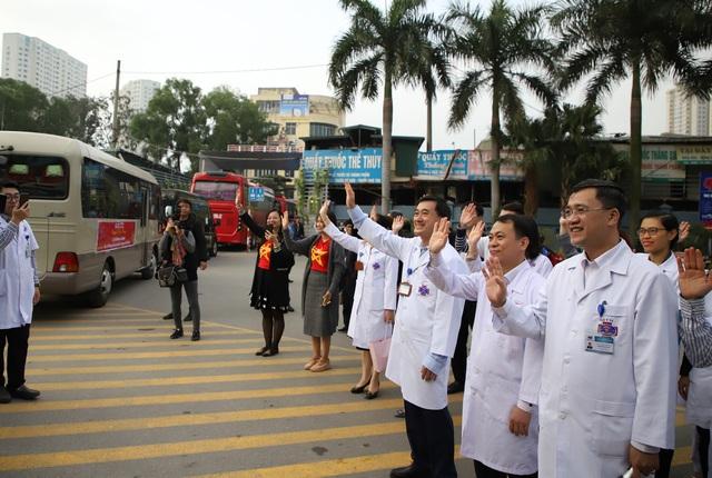Giám đốc Bệnh viện ra tận cổng vẫy tay chào, cho tiền bệnh nhân ung thư về quê ăn tết - Ảnh 16.