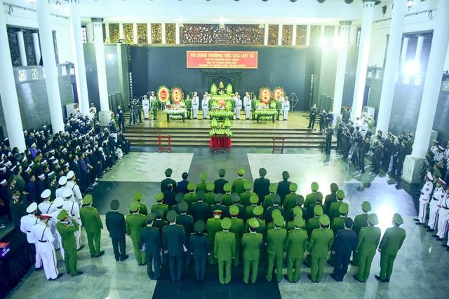 Thủ tướng Nguyễn Xuân Phúc viếng ba chiến sĩ hy sinh ở Đồng Tâm - Ảnh 1.