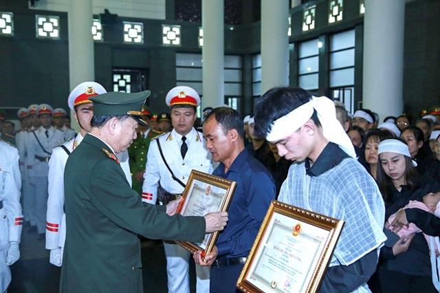 Thủ tướng Nguyễn Xuân Phúc viếng ba chiến sĩ hy sinh ở Đồng Tâm - Ảnh 8.