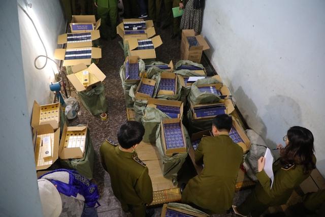 """Hà Nội: Quản lý thị trường tóm gọn 15.000 bao 3 số có dấu hiệu nhập lậu """"ẩn náu"""" trong căn nhà thuê - Ảnh 2."""