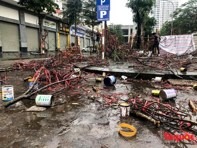 Hà nội đổ mưa lớn: Đào, quất giảm giá mạnh ngày 30 Tết, cây đào giá cả triệu bạc biến thành củi chỉ sau 1 ngày - Ảnh 11.