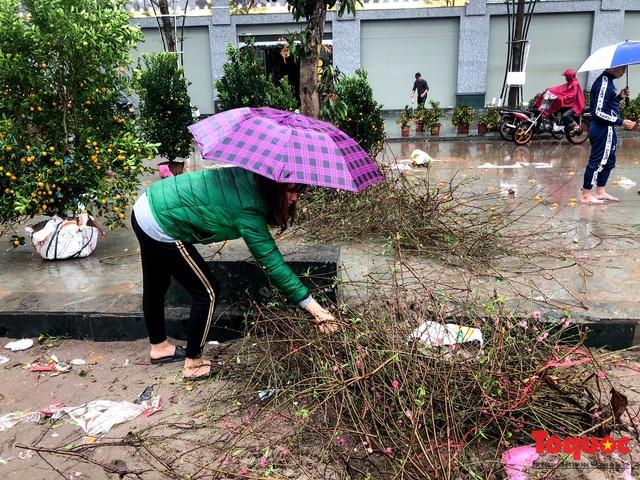 Hà nội đổ mưa lớn: Đào, quất giảm giá mạnh ngày 30 Tết, cây đào giá cả triệu bạc biến thành củi chỉ sau 1 ngày - Ảnh 13.