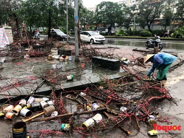 Hà nội đổ mưa lớn: Đào, quất giảm giá mạnh ngày 30 Tết, cây đào giá cả triệu bạc biến thành củi chỉ sau 1 ngày - Ảnh 10.