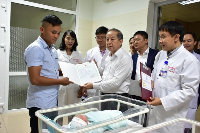 """Chủ tịch tỉnh trao tận tay giấy khai sinh cho những công dân """"nhí"""" đầu tiên năm Canh Tý - Ảnh 1."""