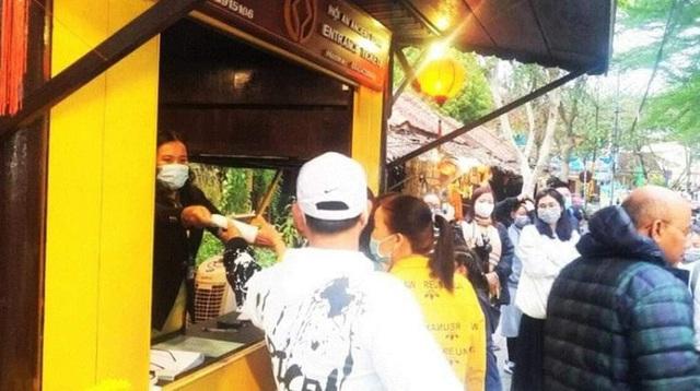 Tại 11 quầy vé tham quan phân bổ khắp các trục đường dẫn vào khu phố cổ, nhân viên của Trung tâm Văn hóa – Thể thao & Truyền thanh – Truyền hình TP Hội An phát khẩu trang y tế miễn phí cho du khách, nếu du khách có nhu cầu.