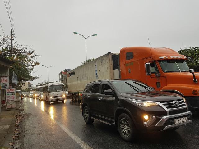 Sau Tết, ô tô kẹt cứng kéo dài nhiều km trên Quốc lộ 1, phía bắc hầm Hải Vân - Ảnh 2.