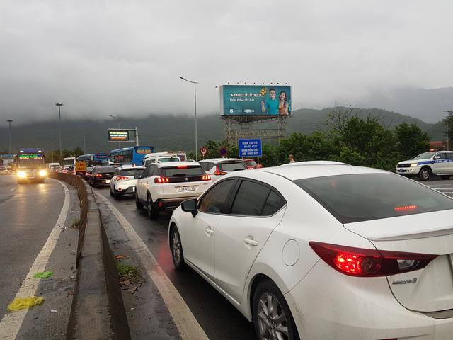 Sau Tết, ô tô kẹt cứng kéo dài nhiều km trên Quốc lộ 1, phía bắc hầm Hải Vân - Ảnh 3.