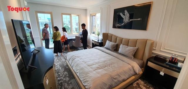 """Đặc biệt, ngay trong tháng khai trương, Regal Le Pavillon sẽ được discount 50% mỗi đêm, các tháng còn lại sẽ giảm 40% trên giá công bố. Chúng tôi hy vọng sẽ mang lại những trải nghiệm cao cấp và khác biệt cho du khách cũng như tạo một xu hướng mới cho thị trường khách sạn, nhà ở cho thuê tại Việt Nam"""", bà Hằng nói."""