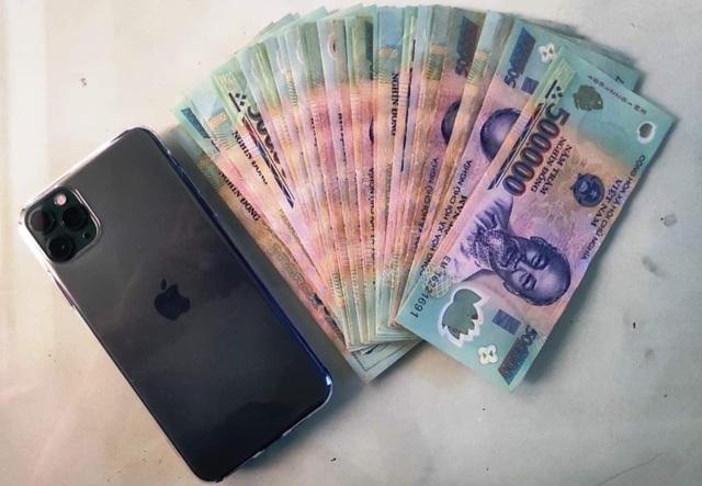 """Bắt nam thanh niên dùng """"chiêu"""" lừa lấy nhiều điện thoại iPhone XS Max và xe máy - Ảnh 2."""