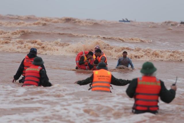 Trực thăng phối hợp đặc công nước cứu thành công 8 người gặp nạn trên tàu Vietship 01 - Ảnh 2.