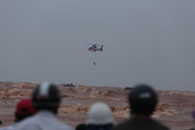 Trực thăng phối hợp đặc công nước cứu thành công 8 người gặp nạn trên tàu Vietship 01 - Ảnh 1.