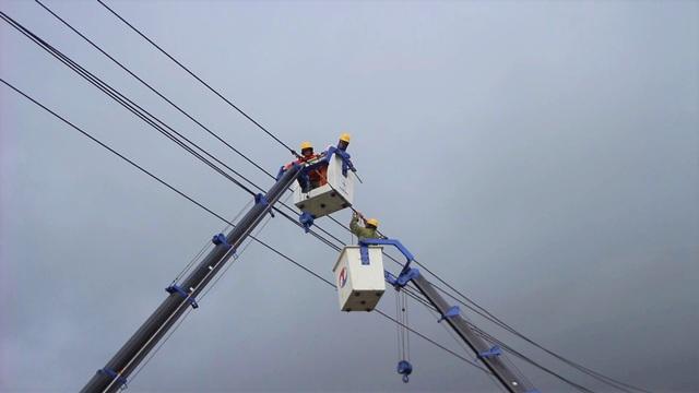 Huy động lực lượng khắc phục lưới điện sau bão số 6 và mưa lũ ở miền Trung  - Ảnh 1.