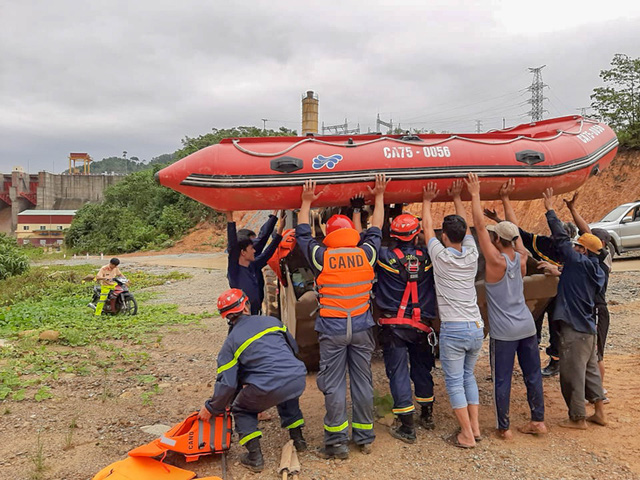 Trưởng ban Tổ chức Trung ương: Cần tập trung nhân lực để tìm kiếm, cứu hộ tại thủy điện Rào Trăng 3 - Ảnh 2.