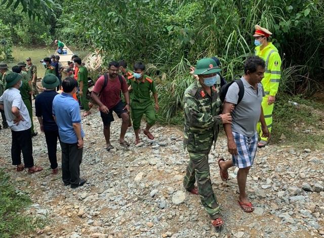 Cứu thêm 19 người mắc kẹt tại thủy điện Rào Trăng 4, đưa thi thể đầu tiên ra ngoài - Ảnh 1.