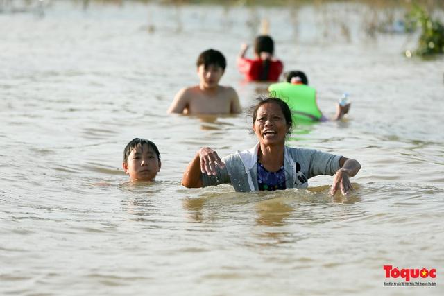 Trường Đại học Thương mại hỗ trợ hơn 500 triệu đồng cho 105 sinh viên có hộ khẩu thường trú tại Hà Tĩnh - Ảnh 1.