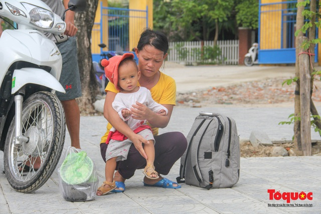 Người dân Thừa Thiên Huế hối hả di tản tránh bão số 9 - Ảnh 6.
