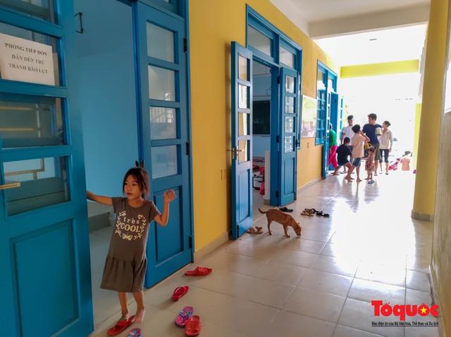 Người dân Thừa Thiên Huế hối hả di tản tránh bão số 9 - Ảnh 3.