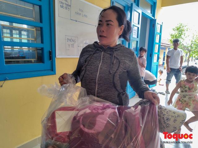 Người dân Thừa Thiên Huế hối hả di tản tránh bão số 9 - Ảnh 14.