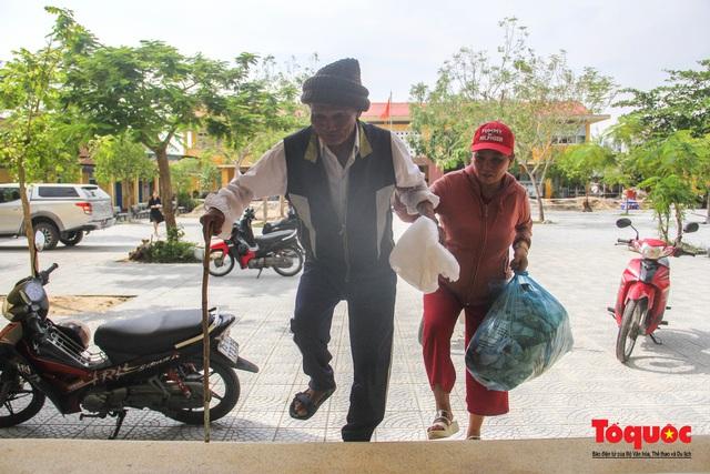 Người dân Thừa Thiên Huế hối hả di tản tránh bão số 9 - Ảnh 7.