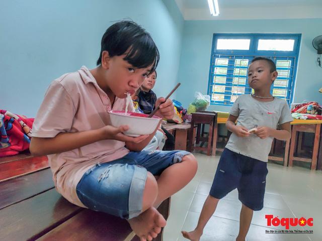 Người dân Thừa Thiên Huế hối hả di tản tránh bão số 9 - Ảnh 18.