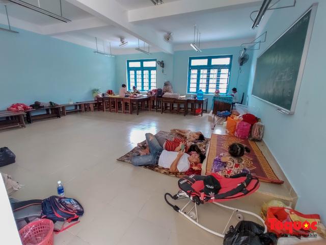 Người dân Thừa Thiên Huế hối hả di tản tránh bão số 9 - Ảnh 16.