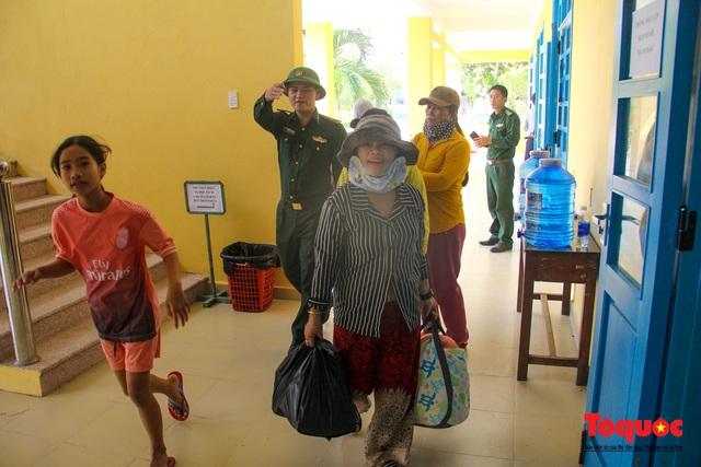 Người dân Thừa Thiên Huế hối hả di tản tránh bão số 9 - Ảnh 12.