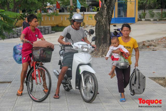 Người dân Thừa Thiên Huế hối hả di tản tránh bão số 9 - Ảnh 5.