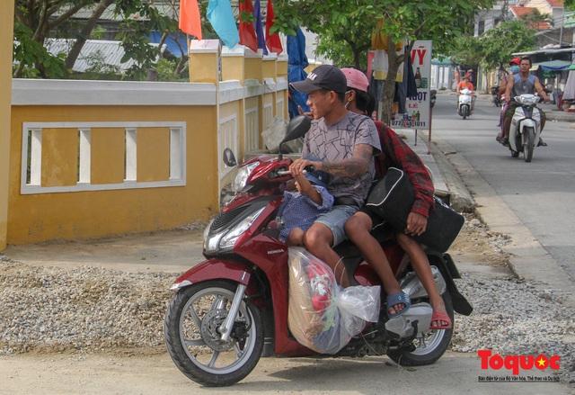 Người dân Thừa Thiên Huế hối hả di tản tránh bão số 9 - Ảnh 4.