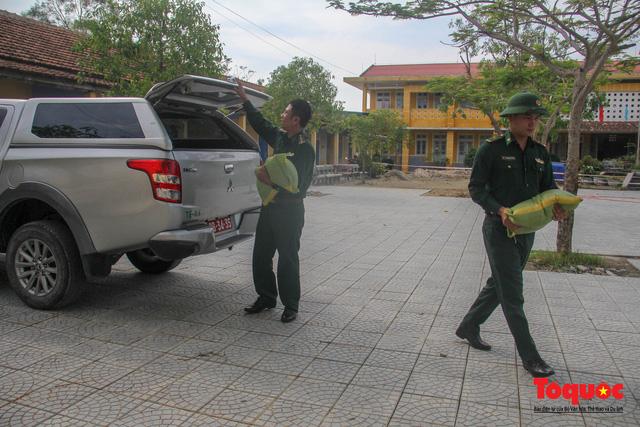 Người dân Thừa Thiên Huế hối hả di tản tránh bão số 9 - Ảnh 13.