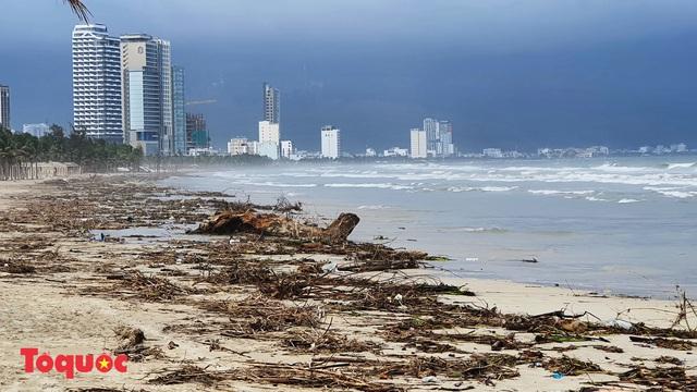 Bờ biển Đà Nẵng rác thải tràn ngập sau bão Molave - Ảnh 1.