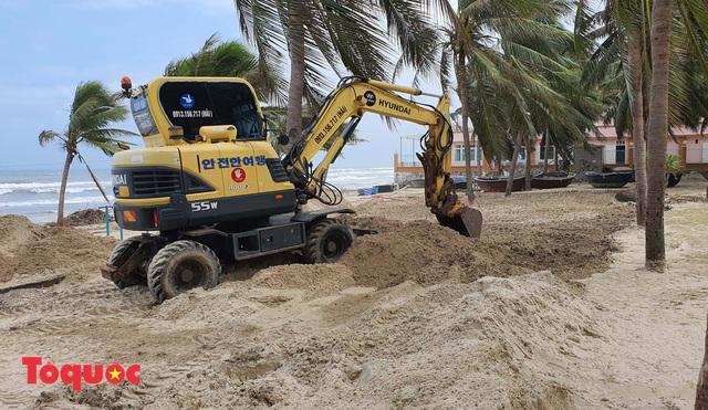 Bờ biển Đà Nẵng rác thải tràn ngập sau bão Molave - Ảnh 16.