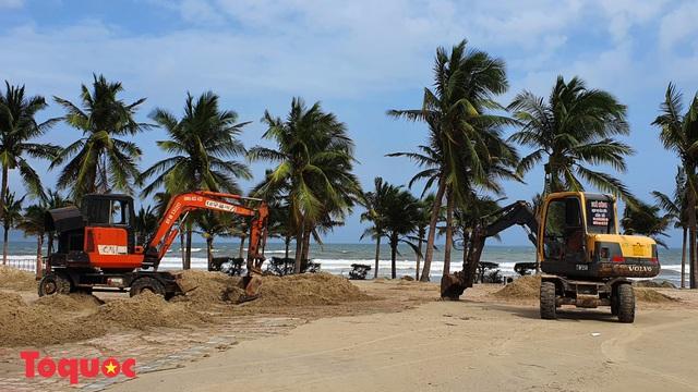 Bờ biển Đà Nẵng rác thải tràn ngập sau bão Molave - Ảnh 17.
