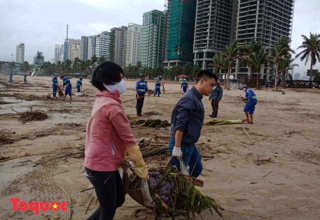 Bờ biển Đà Nẵng rác thải tràn ngập sau bão Molave - Ảnh 10.