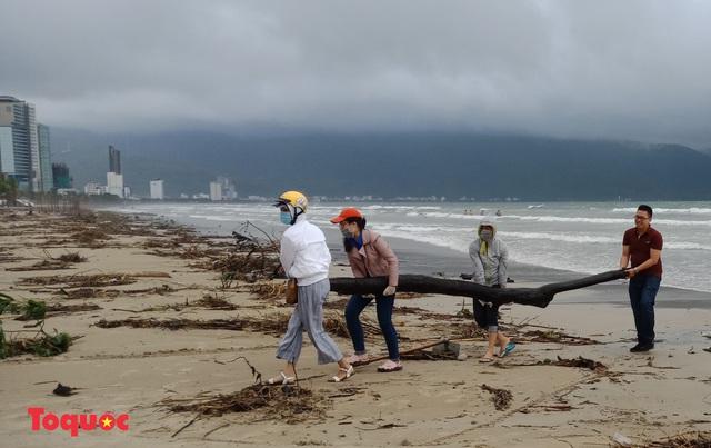 Bờ biển Đà Nẵng rác thải tràn ngập sau bão Molave - Ảnh 12.
