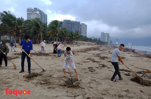 Bờ biển Đà Nẵng rác thải tràn ngập sau bão Molave - Ảnh 13.