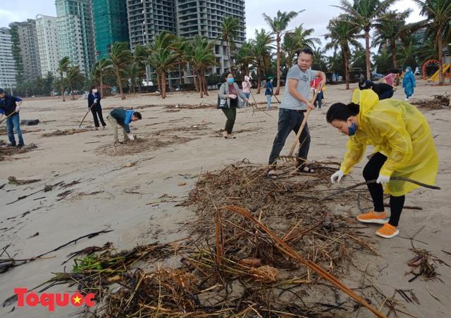 Bờ biển Đà Nẵng rác thải tràn ngập sau bão Molave - Ảnh 14.