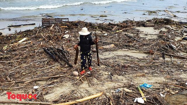 Bờ biển Đà Nẵng rác thải tràn ngập sau bão Molave - Ảnh 3.