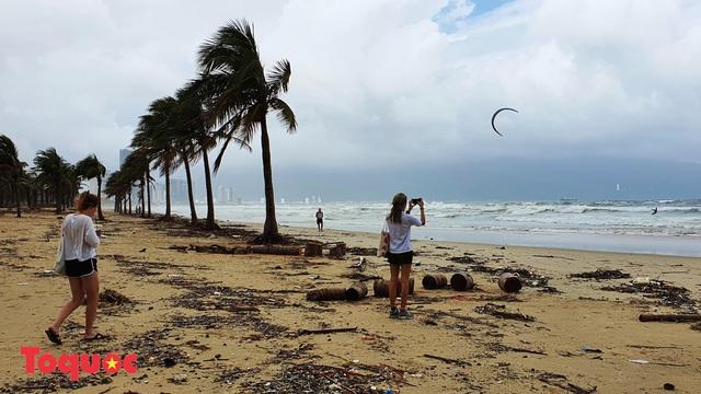 Bờ biển Đà Nẵng rác thải tràn ngập sau bão Molave - Ảnh 8.